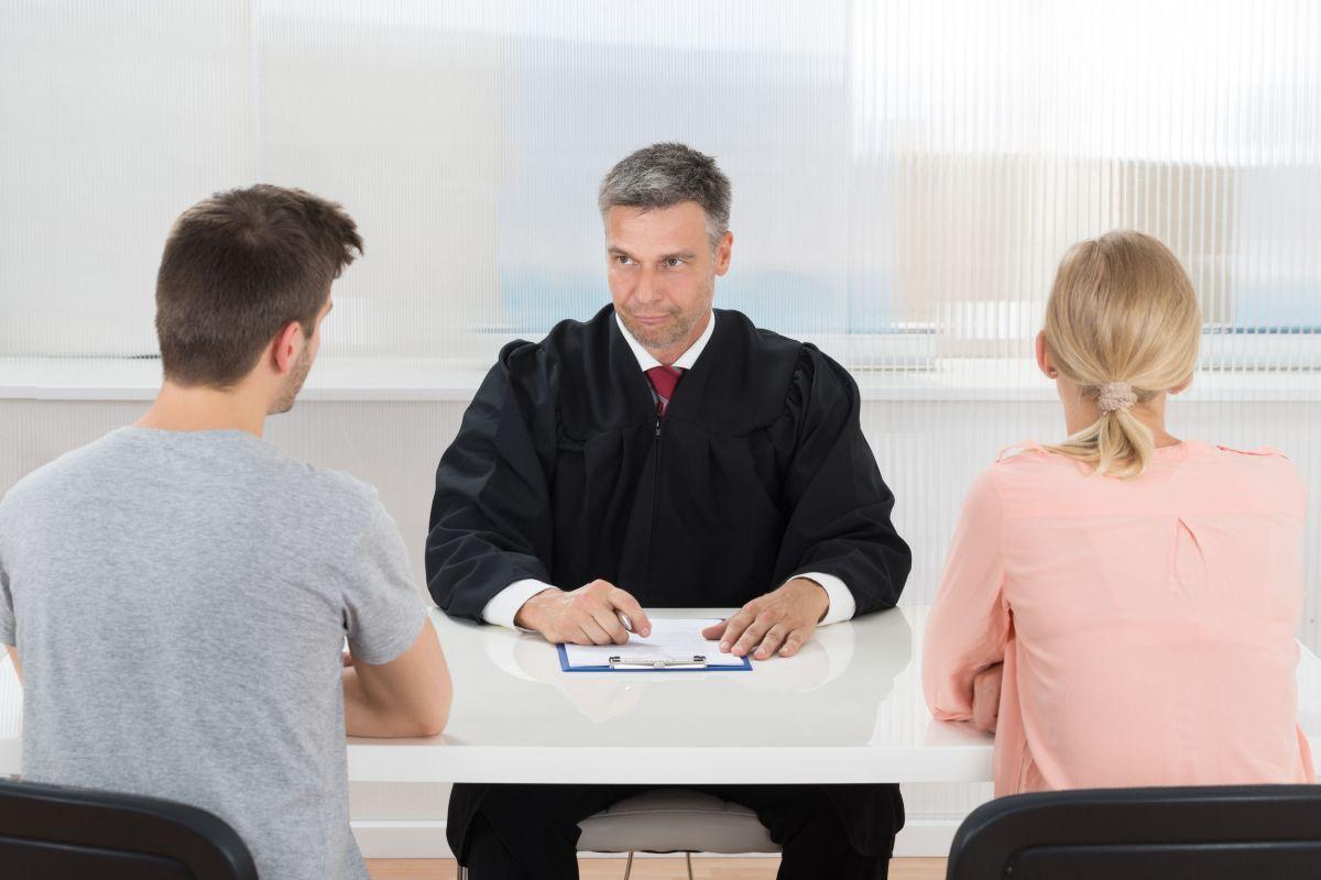 Sunt abuzată fizic de către soțul meu. Pot să divorțez?