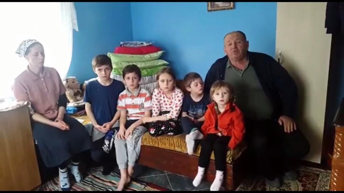 O mama cu 5 copii a fost alungata de acasa de sot. Nu are nici un adapost si nici un sprijin